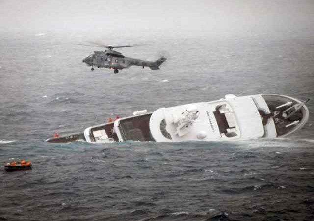 Канадская береговая охрана спасла экипаж яхты и почти спасла само судно